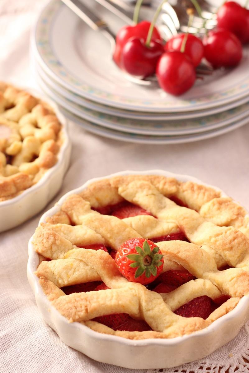Crostatine allo zafferano con fragole e ciliegie