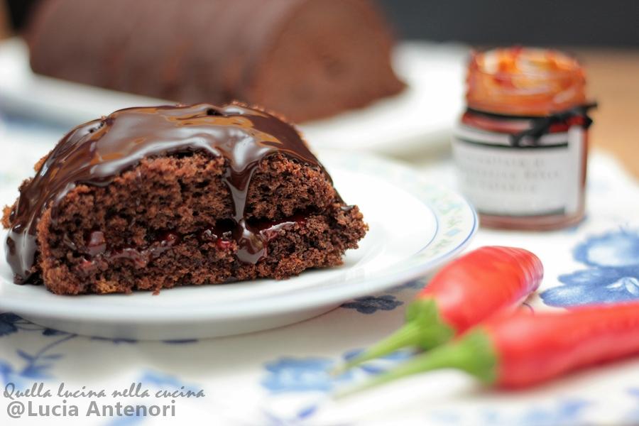Dolce al cioccolato con composta di peperoncino