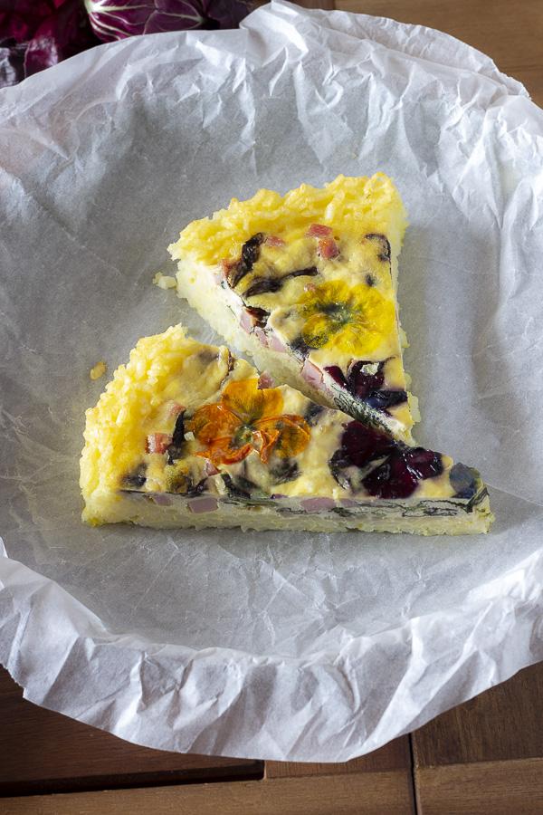 Torta salata ricotta , radicchio e fiori eduli