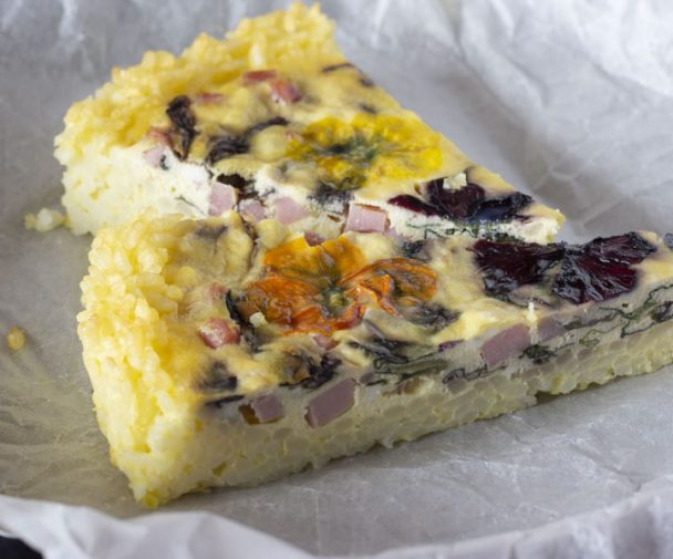 torta salata ricotta, radicchio e fiori eduli